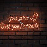 聽眾對自己選擇收聽的播客具有好感和信任度,透過播客唸出廣告內容,聽眾更容易接受。